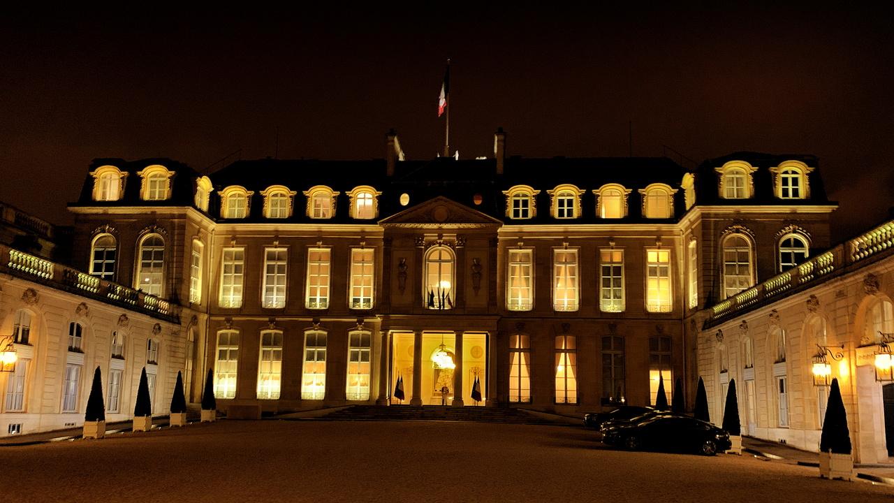 Во Франции мужчина пробрался в Елисейский дворец с горящей бутылкой