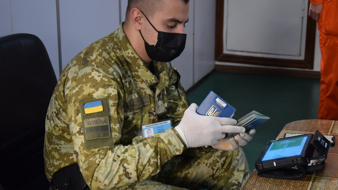 Трех российских моряков не пустили на Украину