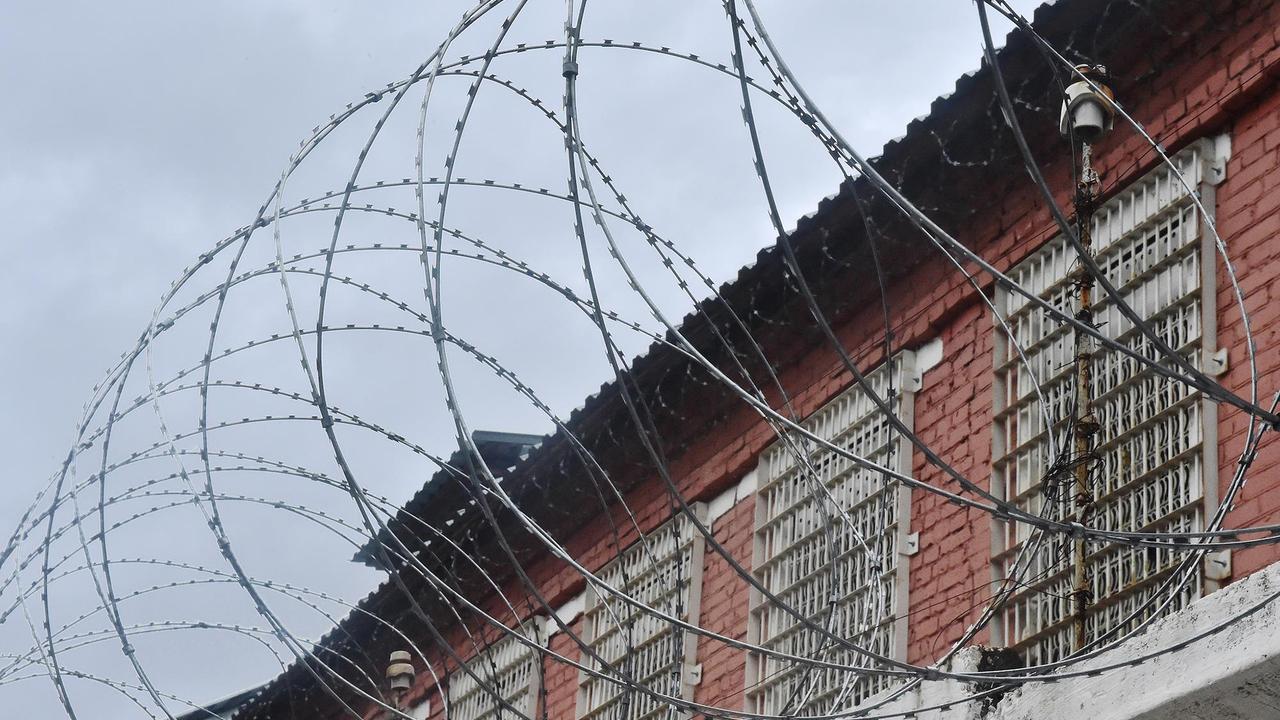 Суд приговорил россиянина за избиение полицейского у клуба и побег с его оружием