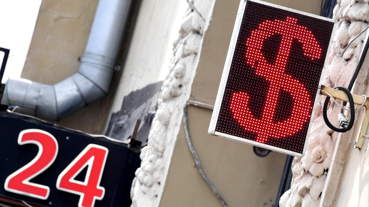Экономист объяснил опасность покупки наличных долларов