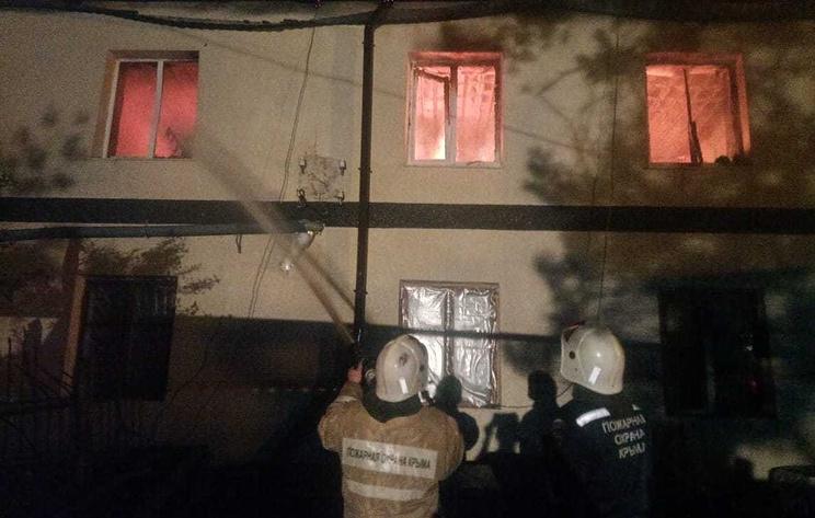 В Крыму загорелась крыша многоквартирного жилого дома