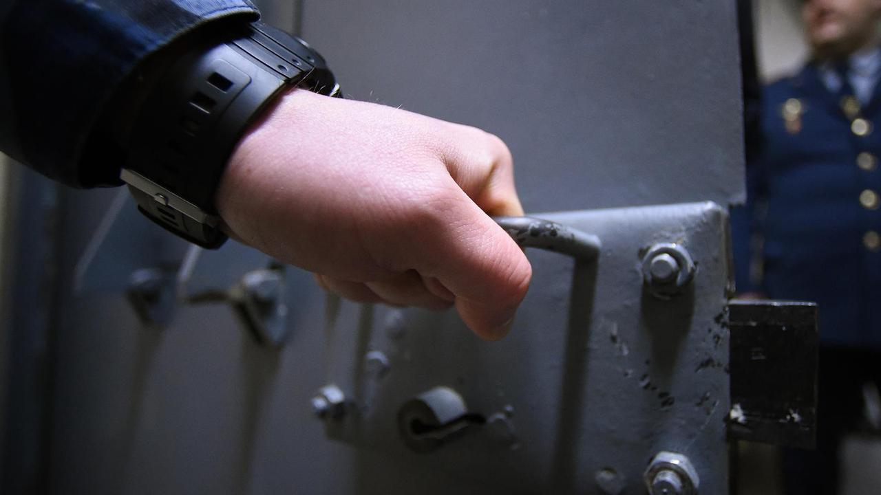 Россиянина избили и изнасиловали шваброй после жалобы на червяков в тюремной еде