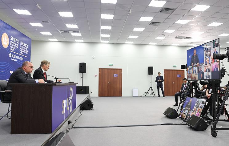 Путин заявил, что оппозиция в России работает открыто, в том числе внесистемная