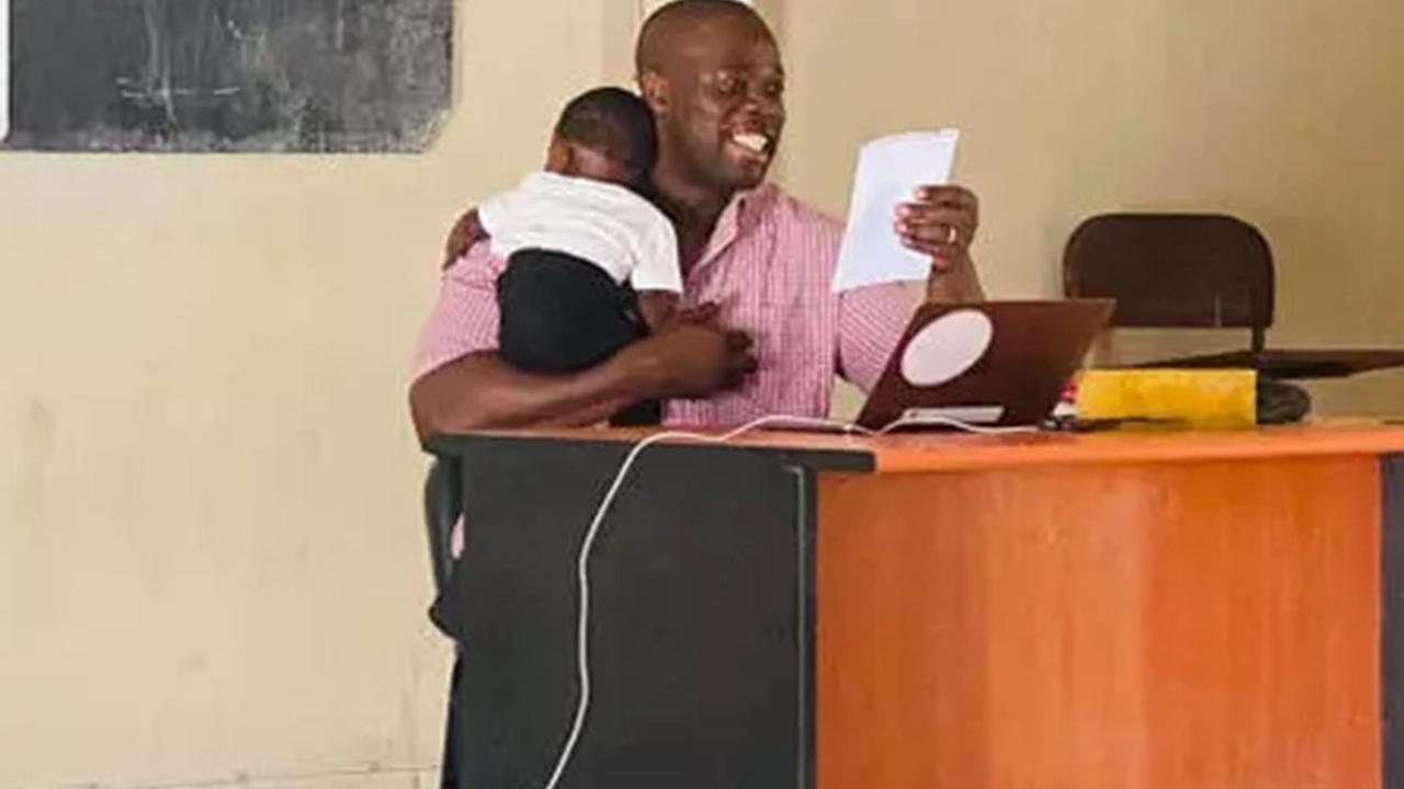 Профессор провел занятие с ребенком студентки на руках и прославился в сети