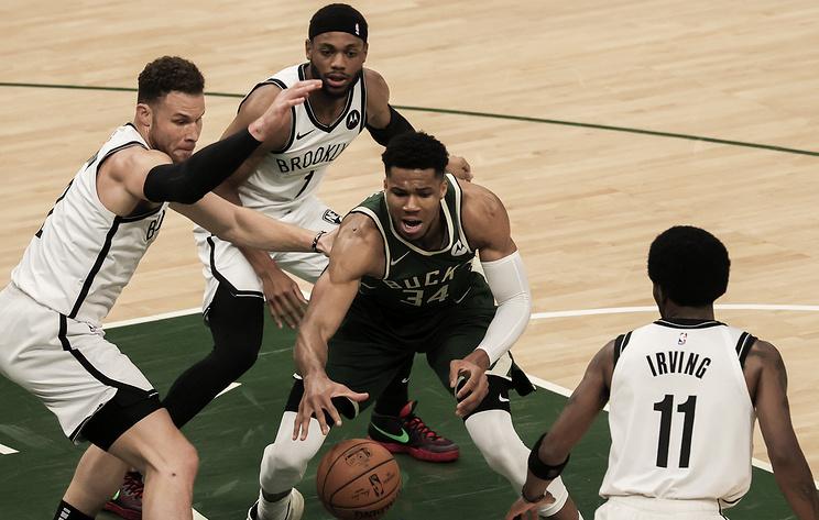 """""""Милуоки"""" одержал первую победу в серии второго раунда плей-офф НБА с """"Бруклином"""""""