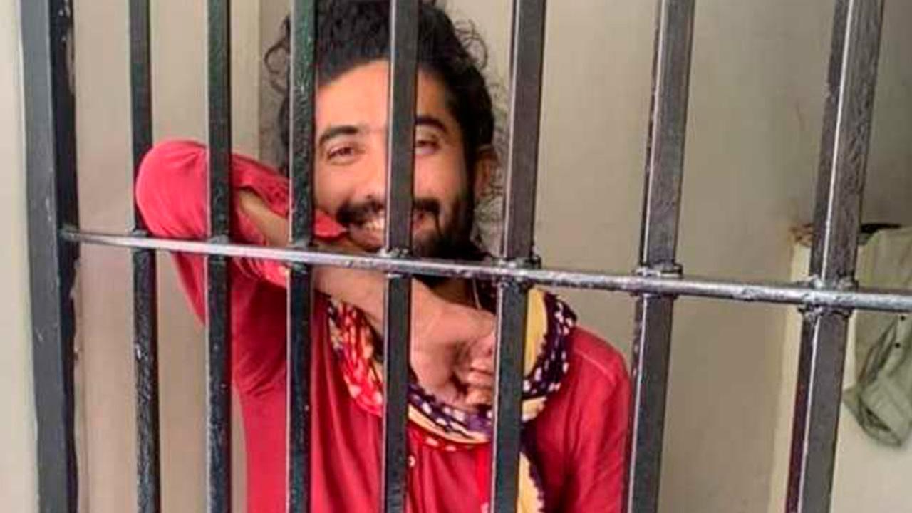 Учитель провел ночь в тюрьме из-за длинных волос