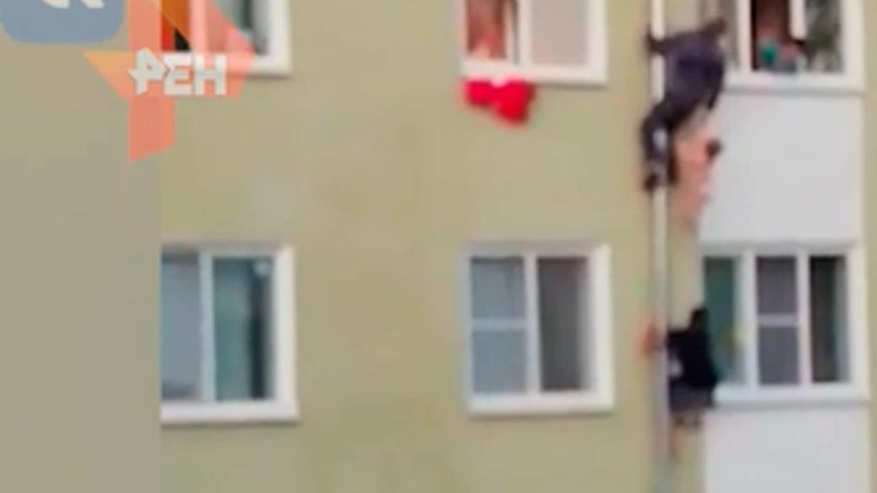 Россиянин раскрыл детали спасения детей из горящего дома по водосточной трубе