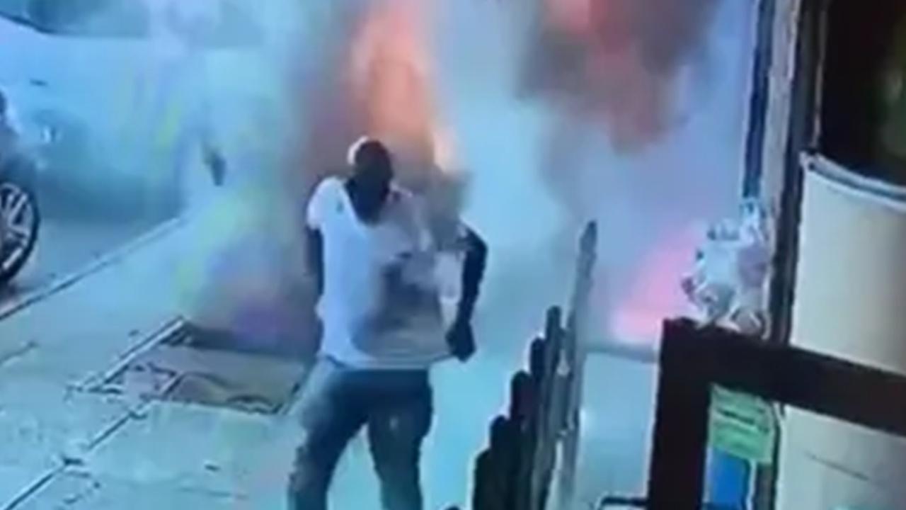 Мужчина шел по улице, попал в центр внезапного взрыва и выжил