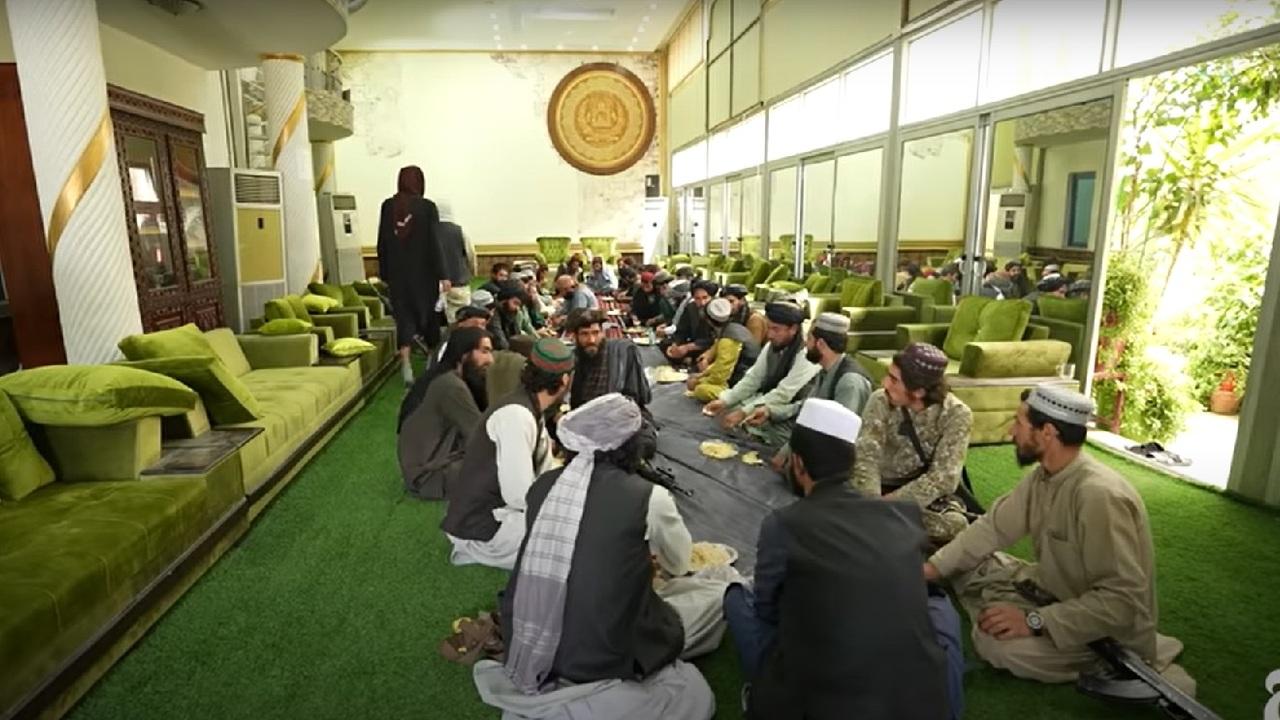 Живущие во дворце афганского маршала талибы попали на видео