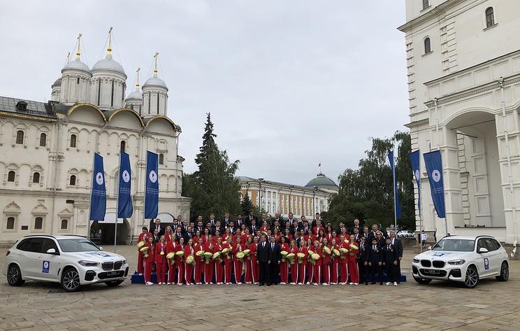 Медведев вручил российским олимпийцам ключи от автомобилей