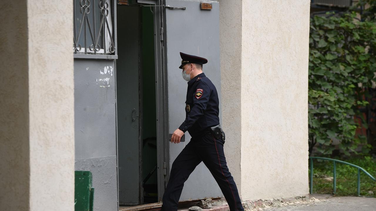 Полиция увезла трех человек из дома на Совхозной улице