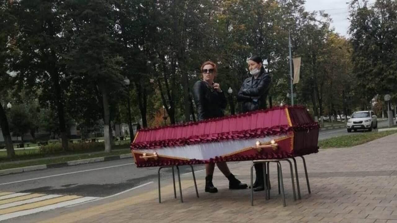 Поставившую гроб с телом у администрации Балашихи вызвали к следователю