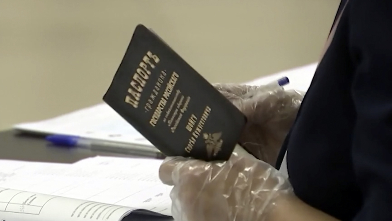 На паспорте Шойгу заметили именную обложку с дореформенной орфографией